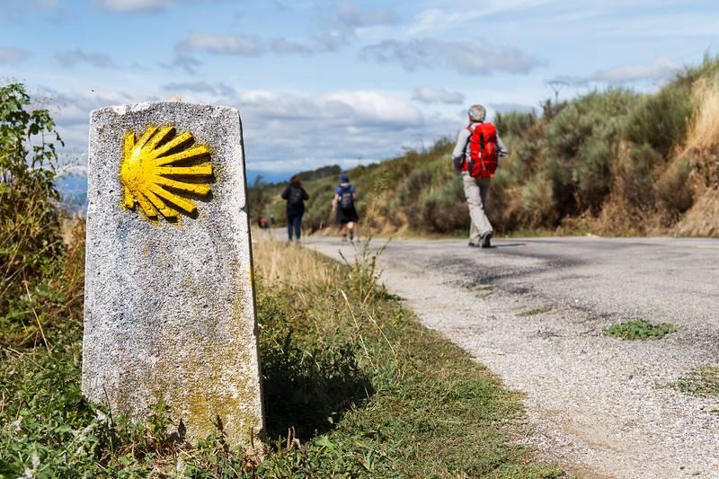 La coquille Saint-Jacques jaune signe le chemin de Saint-Jacques-de-Compostelle sur la route du pèlerinage de Saint-Jacques