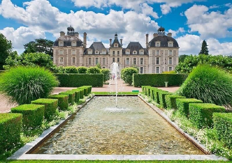 Vue du château de Cheverny depuis le jardin de l'apprenti, France