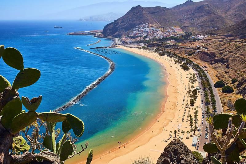 Vue panoramique de la célèbre plage Playa de las Teresitas près de Santa Cruz de Tenerife depuis Mirador, Tenerife, Canaries, Espagne