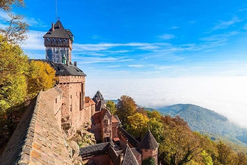 Haut-koenigsbourg - vieux château dans la belle région d'Alsace près de la ville de Strasbourg